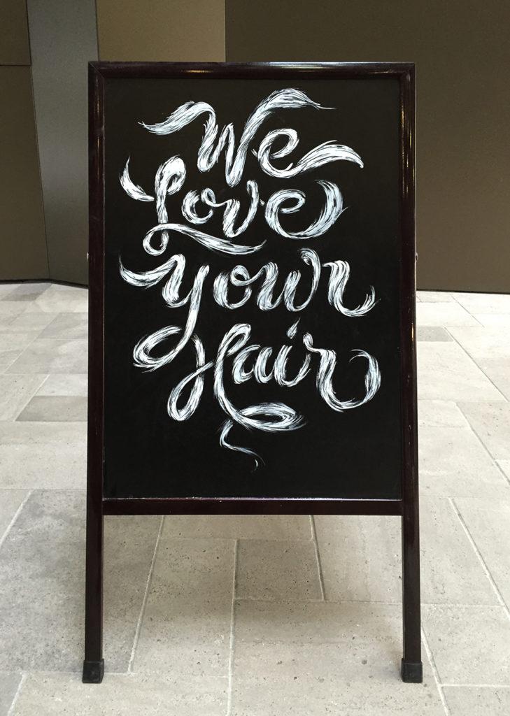 We love your hair, Coiffeur Du Marché, Kundenstopper Kreidetafel, Schriftenmalerei, Wandbeschriftung, hand gemalt, Tafelbeschriftung, Tafelmaler