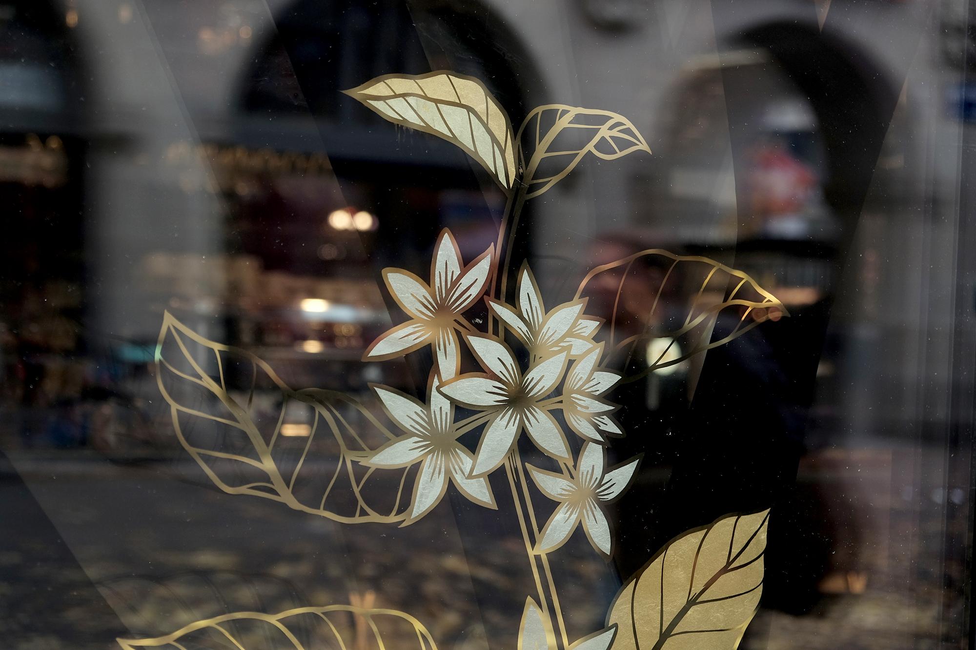 Lavazza, Kafa, Ethiopia, single origin, coffeee, Kaffee, Kaffeepflanze, Aurora Zürich Hinterglasvergoldung, Vergoldung, Blattgold, reverse glass gilding, gold leaf, 23k, Beschriftung, Schaufensterbeschriftung, von hand, hand gemalt, Schriftenmaler, Tafelmaler, Schildermaler, traditionelle Schriftenmalerei, Zürich