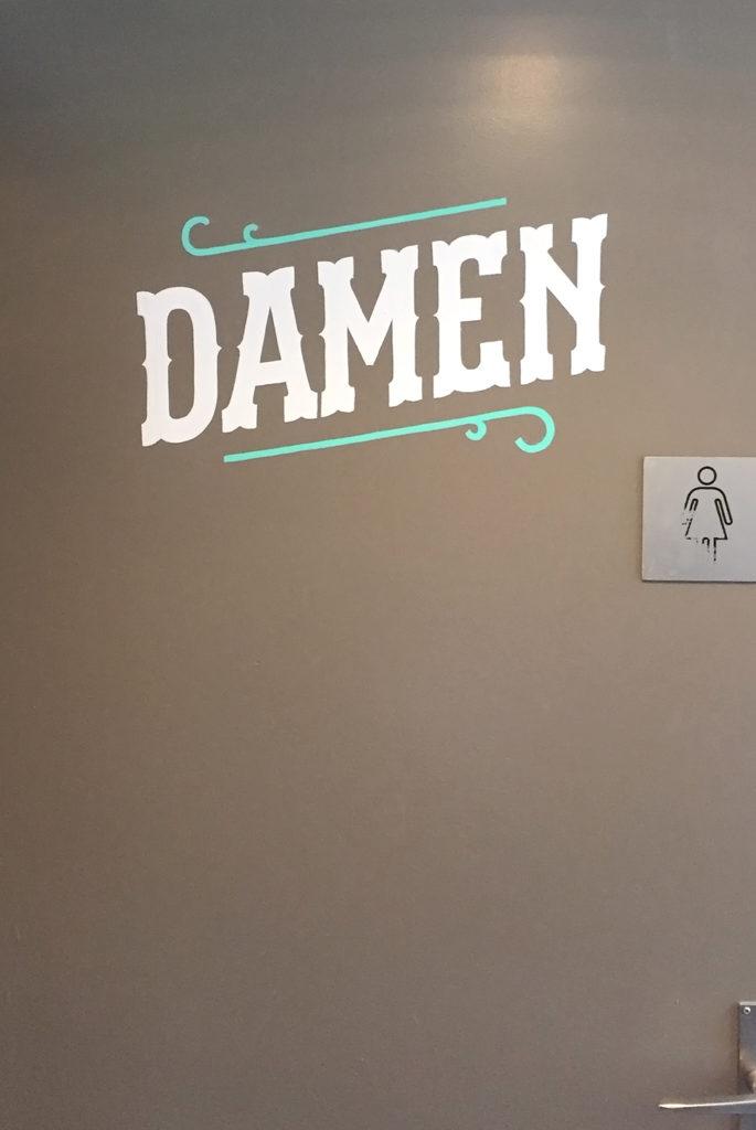Kafi Für Dich, Damen Toilette, Kreidetafel Schriftenmalerei, Wandbeschriftung, Aussenbeschriftung, hand gemalt, Tafelbeschriftung, Tafelmaler