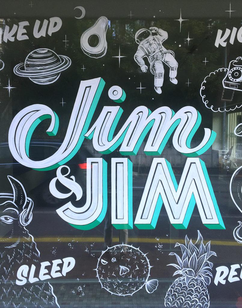 jim & jim, Titel, Schaufenstergestaltung Schaufensterbeschriftung, Schriftenmalerei, Wandbeschriftung, hand gemalt, Tafelbeschriftung, Tafelmaler, reverse glass painting
