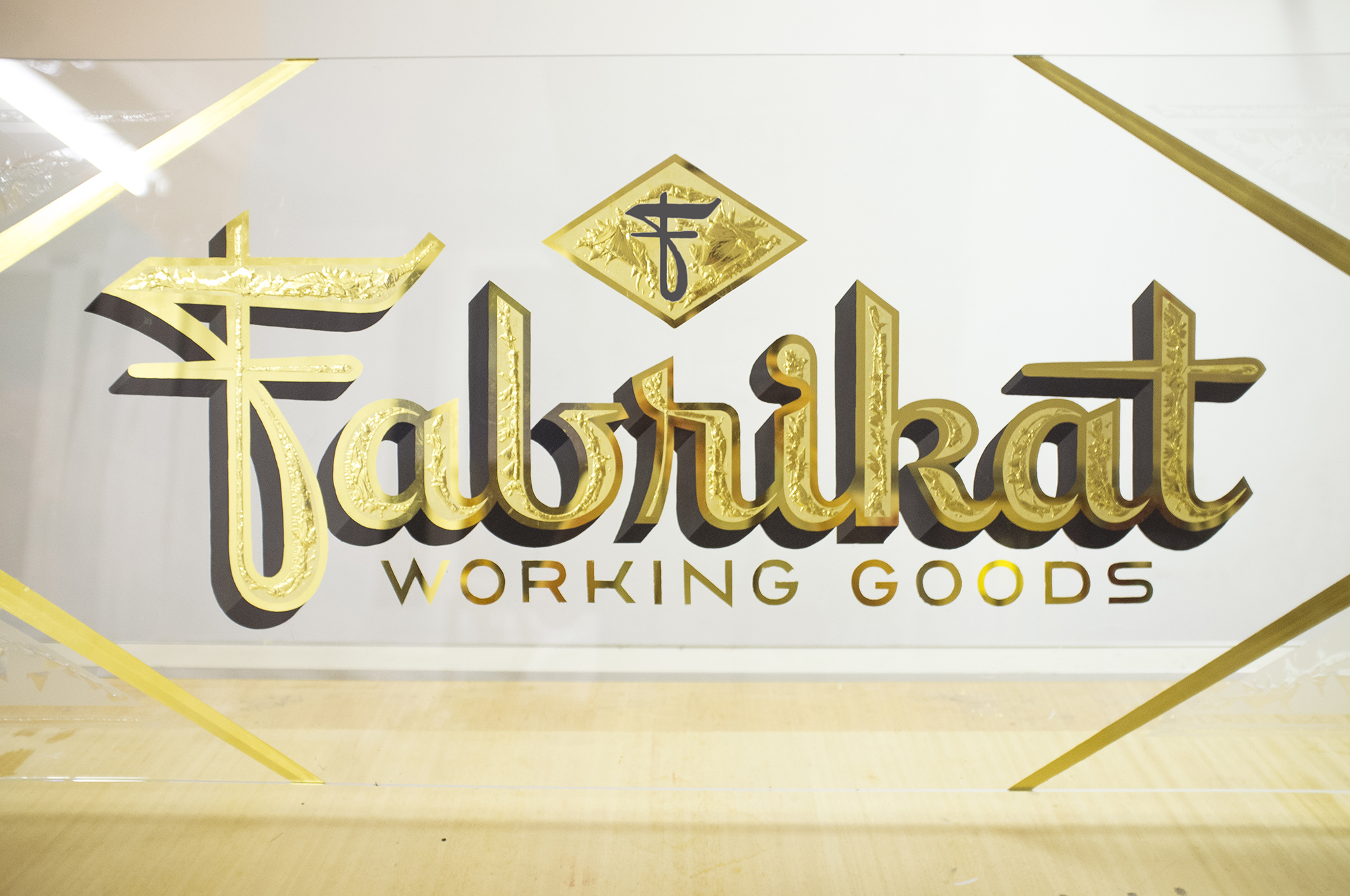 Fabrikat, glue chipping, 23,75 Karat, Schriftenmalerei, Wandbeschriftung, hand gemalt, Tafelbeschriftung, Tafelmaler, sign painting, Zürich, Mathias Truniger, hand lettering, type design, Hinterglasvergoldung, reverse glass gilding, gold leaf